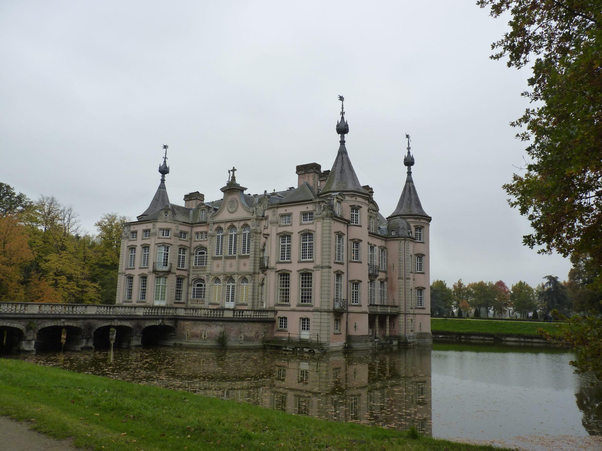Geniet van een korte wandeling rond het kasteel van Poeke.
