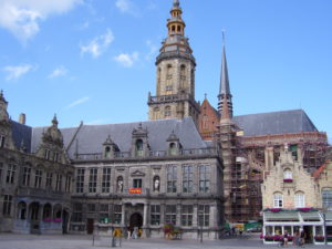 stadhuis, landshuis en de vijf trapgevels helemaal rechts