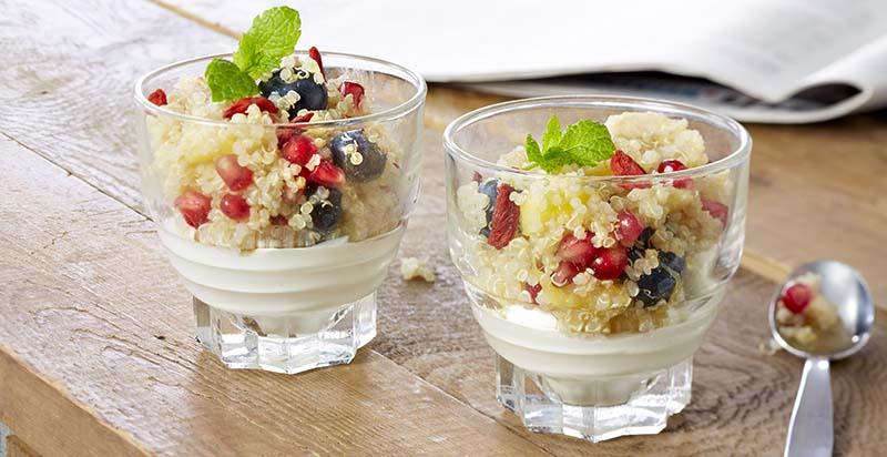 Griekse yoghurt met fruitige quinoa, een heerlijk ontbijt.