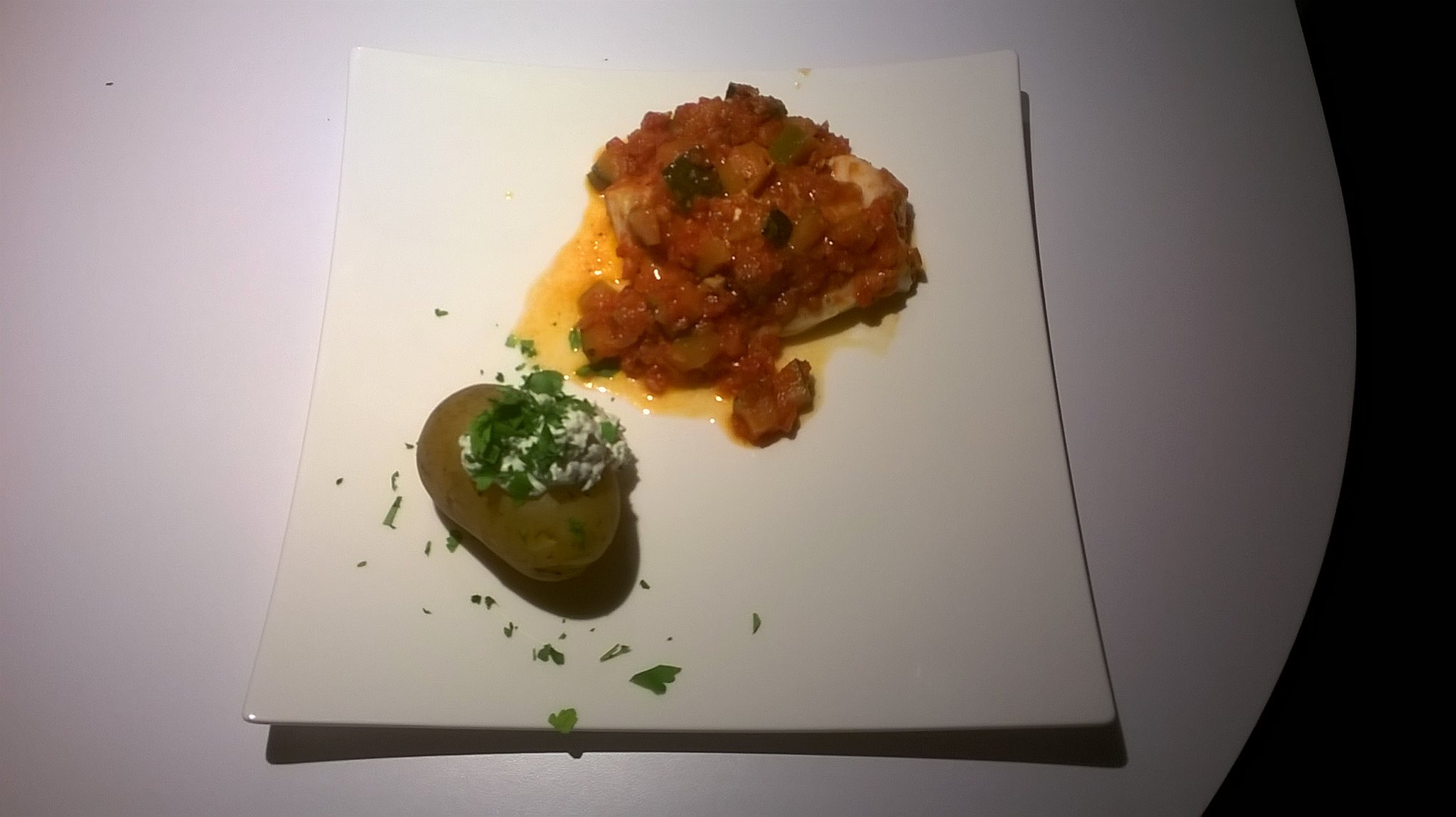 Kabeljauw in tomatensausje met ricotta-aardappelen.