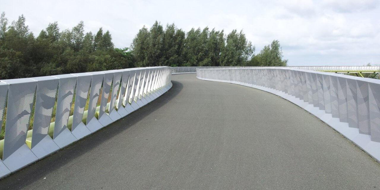 Twee nieuwe fietsbruggen moeten fietsverkeer veiliger maken.