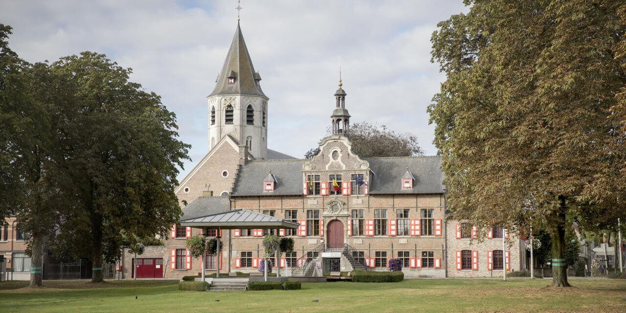 Rond het plein van Kaprijke, parel in het Meetjesland.